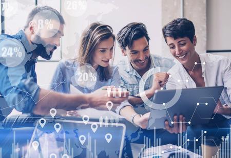 Concept de diagramme numérique, interfaces graphiques, écran virtuel, icône de connexions sur fond flou. Groupe de collègues travaillant avec un projet de démarrage dans un bureau moderne ... Horizontal.