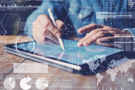 Concepto de diagrama virtual, interfaces gráficas, pantalla digital, icono de conexiones. Mano masculina que sostiene el lápiz de la aguja en la pantalla de la tableta electrónica contemporánea. Fondo borroso. Horizontal. Foto de archivo