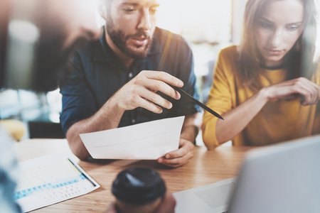 팀웍 개념입니다. 회의실에 앉아 대화를 만드는 사업 팀. 가로로. 배경을 흐리게. 스톡 콘텐츠
