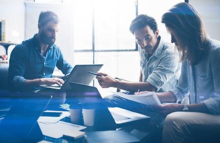 Konzept des neuen Geschäftsprojekts der Darstellung Geschäftsleute, die elektronische Geräte verwenden Horizontaler, unscharfer Hintergrund.