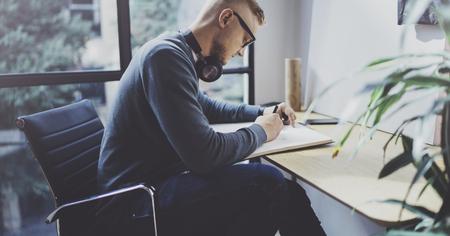 Geschoolde ontwerper blanke man tekening abstracte schets met pen. Stockfoto