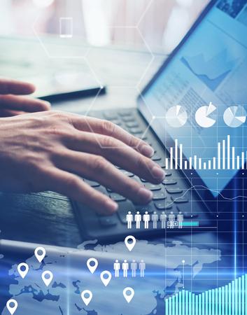 O conceito do diagrama virtual, gráfico conecta, indicação digital, conexões, ícones das estatísticas Homem que usa a tabuleta eletrônica contemporânea com teclado da doca Fundo borrado. Vertical. Foto de archivo