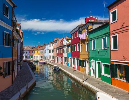 case colorate: Case colorate di Burano, Venezia Italia. Editoriali