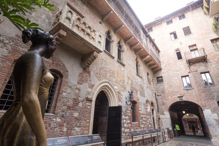 juliets: Juliets balcony and Juliet statue - Verona - Italy Editorial