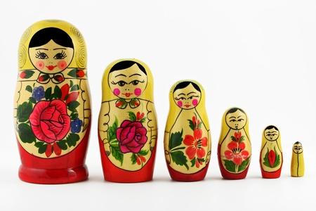 mu�ecas rusas: Mu�ecas rusas (matrioskas o babushkas) aisladas sobre fondo blanco