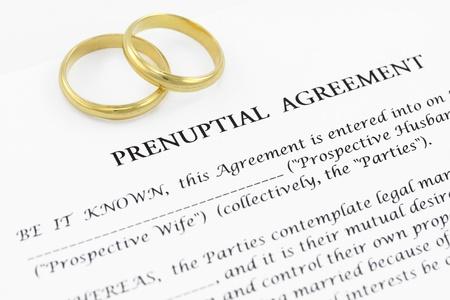 Formulaire de contrat de mariage avec une paire de bagues de mariage Banque d'images
