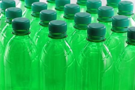 Verts bouteilles en plastique dans une rang�e