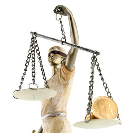 augenbinde: Justiz griechischen Themis, lateinisch Justitia mit verbundenen Augen mit Waage, Schwert und Geld auf einer Skala von Korruption und Bestechung Konzept