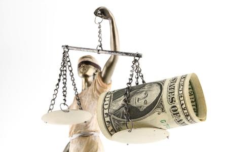 trial balance: Justicia THEMIS griego, lat�n justitia con los ojos vendados con la balanza, la espada y el dinero sobre la corrupci�n y el concepto de escala de un soborno