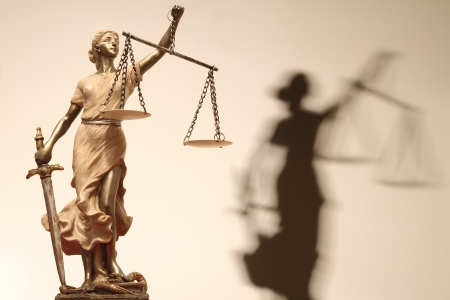 integrit�: Giustizia (greco: THEMIS, latin: justitia) con gli occhi bendati con le scale e la spada. Viraggio Seppia Archivio Fotografico