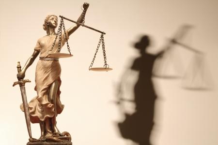 integridad: Justicia (en griego: THEMIS, latín: Justitia) con los ojos vendados con la balanza y la espada. La imagen sepia