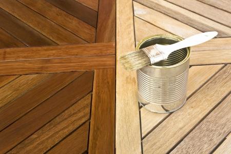 Die Färbung Holztisch. Vor und nach Standard-Bild - 12584307