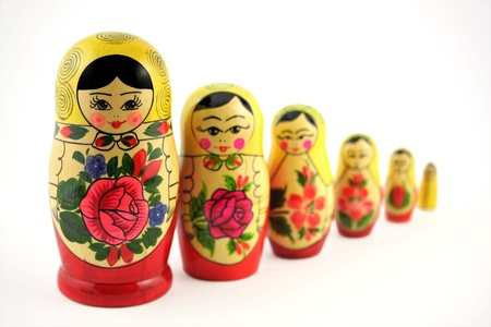 muñecas rusas: Muñecas rusas (matrioskas o babushkas) aisladas sobre fondo blanco