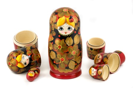 matryoshkas: Mu�ecas rusas (matrioskas o babushkas) aisladas sobre fondo blanco