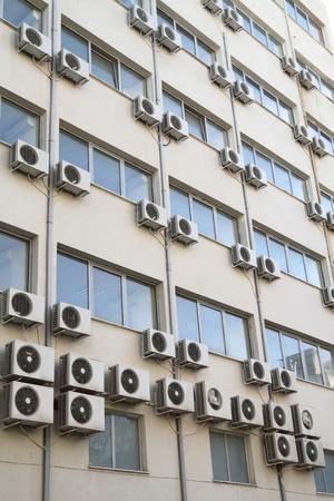 Les unit�s de conditionnement d'air sur l'ext�rieur de la consommation d'�nergie du b�timent public et le concept de r�chauffement global Banque d'images