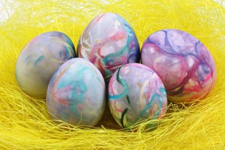 pasto sintetico: Coloridos huevos de Pascua en hierba sint�tica Foto de archivo