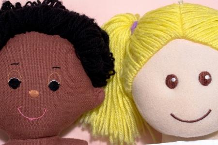 Concept couple interracial, avec des poup�es de chiffon � la main Banque d'images