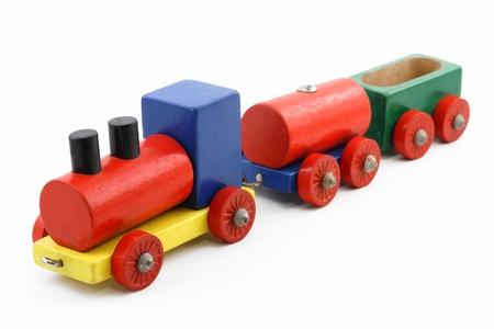 Colorful train miniature jouet en bois sur fond blanc