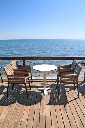 Caf�-restaurant idyllique au bord de la mer, sur le pont en bois