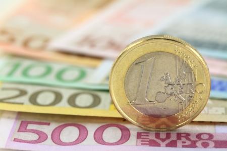 Euro-Münze gegen Euro-Banknoten Shallow DOF auf Münze Standard-Bild - 15556292