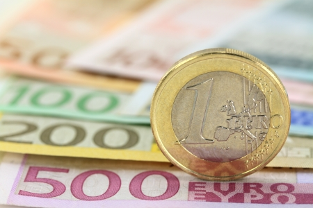 billets euros: Pi�ce d'un euro contre euro note Shallow DOF sur les pi�ces de monnaie