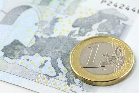 billets euro: Une pièce de monnaie euro sur la carte d'Europe sur billet de cinq euros