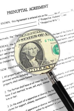 Ehevertrag Lupe und Dollar-Note Standard-Bild - 17925325