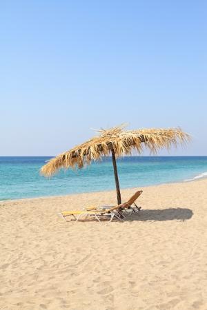 Chaises parasol et salon sur plage idyllique, dans l'�le de Thassos - Gr�ce