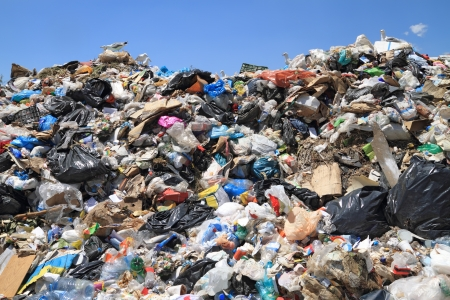 vertedero: Pila de residuos urbanos en vertedero. Materiales con derechos de autor eliminado completamente
