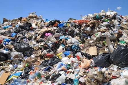 Stapel van huishoudelijk afval op een stortplaats. Auteursrechtelijk beschermd materiaal grondig verwijderd