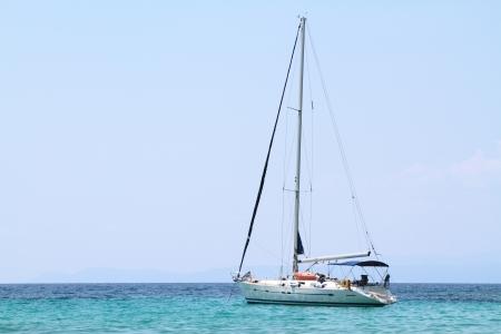 Bateau � voile ancr� dans une baie Banque d'images