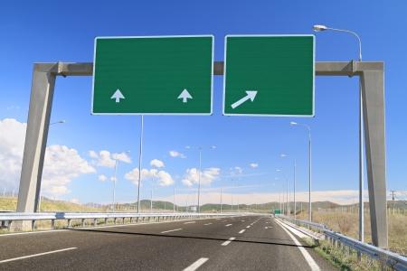 sortir: Blank panneau routier sur l'autoroute Ajoutez votre propre texte