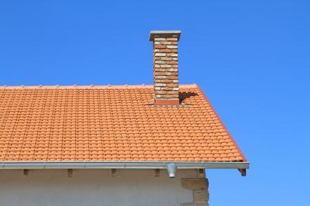 Neu auf dem Dach und Schornstein unter blauem Himmel Standard-Bild - 24525532