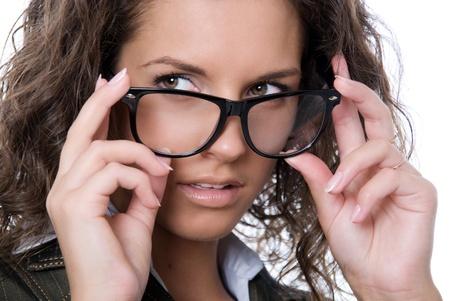 occhiali da vista: Bella donna che indossa occhiali isolato su sfondo bianco