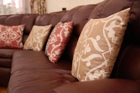 brown leather sofa: cuscini di un divano in pelle marrone