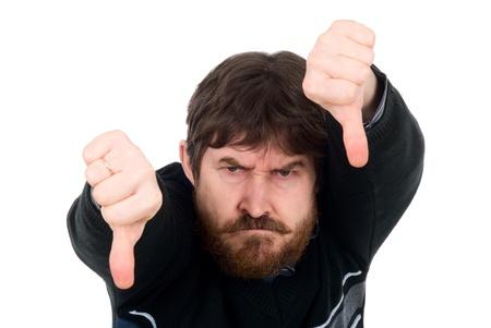 hombre con barba: Retrato del hombre barbudo que muestra el pulgar hacia abajo. Aislado en un fondo blanco
