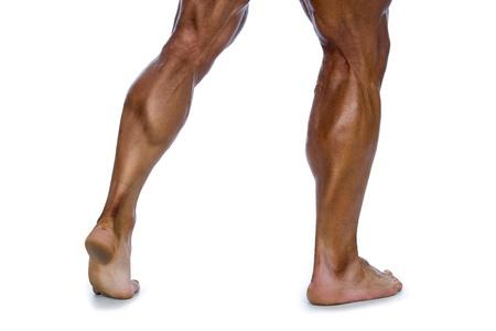 piernas hombre: Piernas musculoso hombre sobre un fondo blanco Foto de archivo
