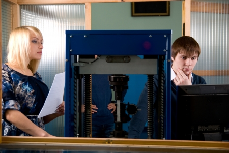 finding a mate: Two students in front of a monitor in practice.