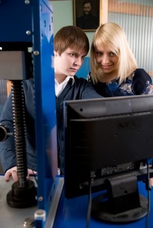 finding a mate: Two students in front of the monitor in the workshops.