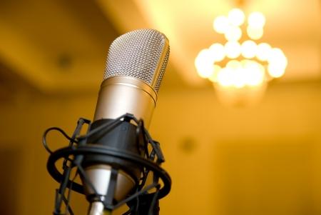 Micrófono en la sala de conferencias. Antecedentes araña borrosa Foto de archivo - 20230633