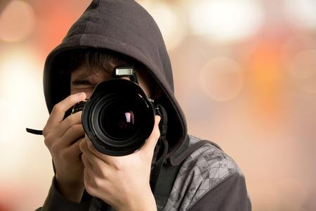 Retrato de joven fotógrafo con la cámara. paparazzi