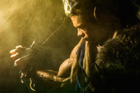 unas largas: Hombre lobo fuerte, demonio entre los �rboles en la niebla. La imagen de un enemigo formidable, con u�as largas
