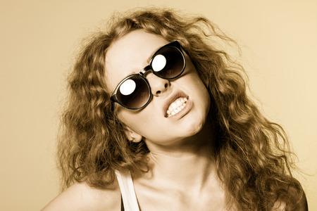 fantasque: Jolie jeune capricieuse belle fille lunettes de soleil. Banque d'images