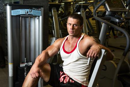 muskeltraining: Portrait sch�nen muskul�sen Mann in der Turnhalle. Muskeltraining, Fitness- Lizenzfreie Bilder