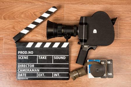 cine: Cámara de película vieja con un azote de la película y el cine. Los preparativos para la película de tiro
