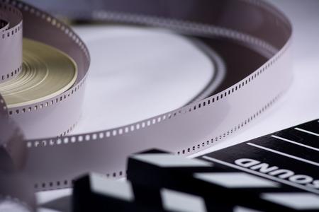 cinta pelicula: Bobina y el cine en un azote de la película para la producción cinematográfica. Foto de archivo