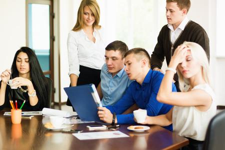 jovenes empresarios: J�venes empresarios en una reuni�n de negocios. discusi�n de negocios