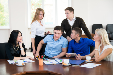 jovenes empresarios: Jóvenes empresarios en una reunión de negocios en la oficina. discusión de negocios