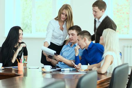 jovenes empresarios: J�venes empresarios en una reuni�n de negocios en la oficina. discusi�n de negocios