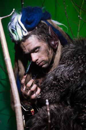 unas largas: Retrato de hombre lobo musculoso con rastas con u�as largas entre las ramas del �rbol. imagen g�tica de criaturas diab�licas de miedo para Halloween